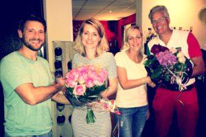 neurochirurgen Podlogar en Van den Brink nemen afscheid van Liesette en Mariska met een mooie bos bloemen en een sprankelende fles wijn